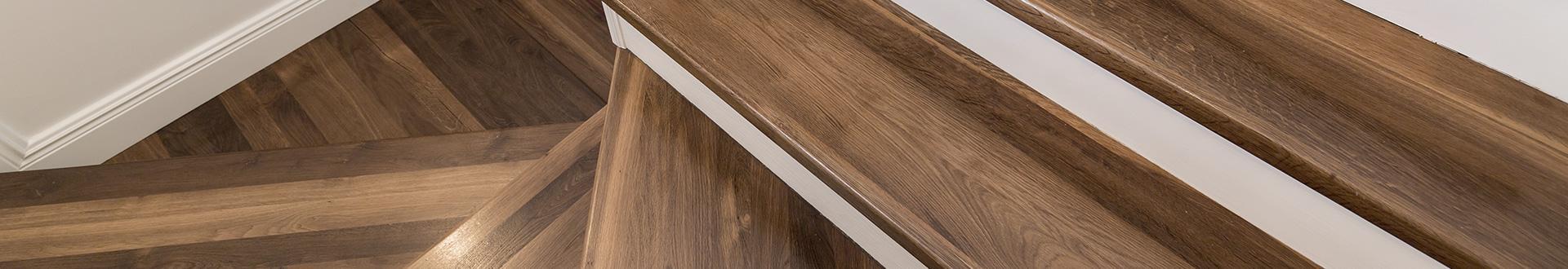 Kręte drewniane schody