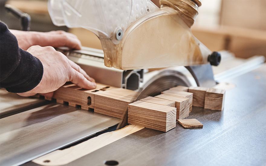 Mężczyzna ucinający drewno