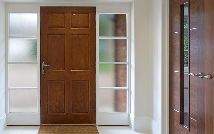 Brązowe drzwi zewnętrzne